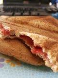 Sanduíche do pão do brinde do triângulo com doce de morango Foto de Stock Royalty Free