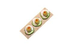 Sanduíche do pão estaladiço com camarão, azeitona e pepino imagens de stock
