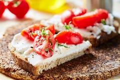 Sanduíche do pão fresco com queijo de cabra foto de stock