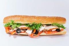 Sanduíche do peito de frango, tomates frescos, azeitonas e lettuceview de cima de fotografia de stock