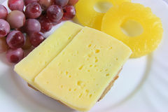 Sanduíche do queijo com abacaxi e uvas Foto de Stock Royalty Free