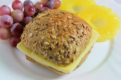 Sanduíche do queijo com abacaxi e uvas imagem de stock