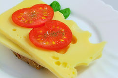 Sanduíche do queijo com tomates e manjericão imagens de stock royalty free