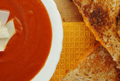 Sanduíche do queijo e sopa grelhados do tomate Foto de Stock