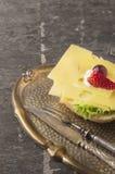 Sanduíche do queijo na bandeja do vitage com forquilha e faca foto de stock