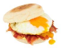 Sanduíche do queque do ovo e do bacon foto de stock