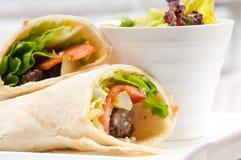 Sanduíche do rolo do envoltório do pão árabe da galinha do shawarma de Kafta fotografia de stock royalty free