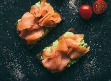 sanduíche do salmão fumado - petiscos saudáveis e alimento caseiro conceito denominado fotografia de stock royalty free