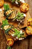 Sanduíche do vegetariano Sanduíches do pão de Wholemeal com queijo de feta, o abobrinha grelhado, aspargo verde, ervilhas de açúc imagem de stock