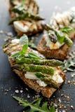 Sanduíche do vegetariano Sanduíches do pão de Wholemeal com queijo de feta, o abobrinha grelhado, aspargo verde, ervilhas de açúc foto de stock royalty free