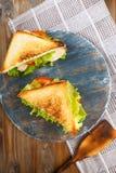 Sanduíche dois saboroso com galinha, tomates, alface, queijo em uma placa de madeira em um fundo escuro fotografia de stock royalty free
