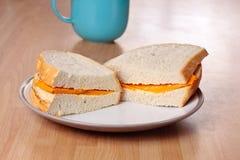 Sanduíche e caneca do queijo Imagens de Stock Royalty Free