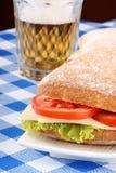 Sanduíche e cerveja italianos do panino Fotografia de Stock