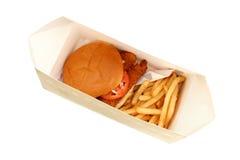 Sanduíche e fritadas fritados friáveis dos peixes em uma caixa Foto de Stock