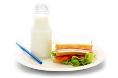 Sanduíche e leite fresco Foto de Stock