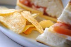 Sanduíche e microplaquetas foto de stock