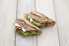 Sanduíche em uma textura de madeira Foto de Stock Royalty Free