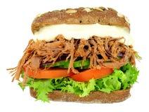 Sanduíche enchido carne Shredded do pão do pão de centeio integral Foto de Stock