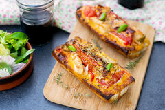 Sanduíche enfrentado aberto grelhado com tomate, azeitonas, queijo e chique Foto de Stock