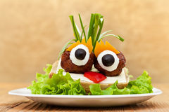 Sanduíche engraçado da almôndega com vegetais Imagem de Stock Royalty Free