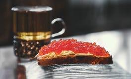 Sanduíche grande com caviar e chá vermelhos Foco seletivo Fim acima imagens de stock