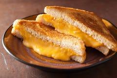 Sanduíche grelhado caseiro do queijo para o café da manhã foto de stock royalty free