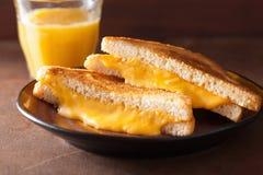 Sanduíche grelhado caseiro do queijo para o café da manhã imagens de stock royalty free