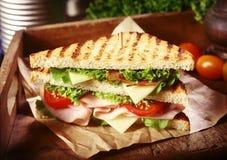 Sanduíche grelhado do clube com coberturas frescas imagens de stock