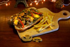 Sanduíche grelhado do lombinho de carne com molho de queijo do Bearnaise fotos de stock