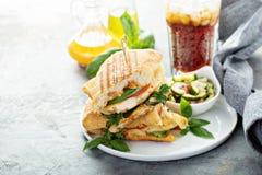 Sanduíche grelhado do panini com galinha e queijo fotos de stock