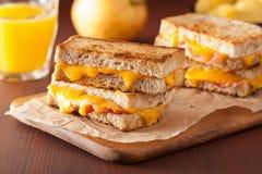 Sanduíche grelhado do queijo e do bacon imagem de stock