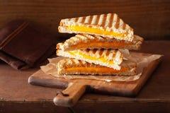 Sanduíche grelhado do queijo no fundo marrom rústico imagem de stock royalty free