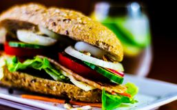 Sanduíche inteiro da grão com o presunto, o tomate, os cogumelos e o ovo, frescos Imagens de Stock Royalty Free