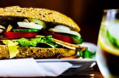 Sanduíche inteiro da grão com o presunto, o tomate, os cogumelos e o ovo, frescos Foto de Stock