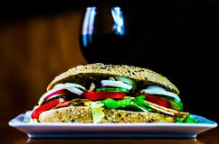 Sanduíche inteiro da grão com o presunto, o tomate, os cogumelos e o ovo, frescos Fotos de Stock Royalty Free