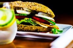 Sanduíche inteiro da grão com o presunto, o tomate, os cogumelos e o ovo, frescos Foto de Stock Royalty Free