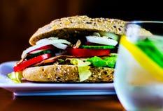 Sanduíche inteiro da grão com o presunto, o tomate, os cogumelos e o ovo, frescos Imagens de Stock