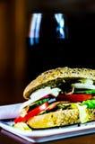 Sanduíche inteiro da grão com o presunto, o tomate, os cogumelos e o ovo, frescos Fotografia de Stock