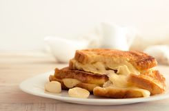 Sanduíche italiano do brinde com pão branco e mozzarella franco imagens de stock