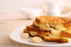 Sanduíche italiano do brinde com pão branco e mozzarella franco imagem de stock