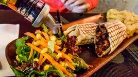 Sanduíche mexicano do envoltório da carne com salada e potatotes do vinagre balsâmico imagem de stock