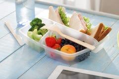 Sanduíche, morango, pêssego, mirtilos, brócolis e aipo dentro Foto de Stock Royalty Free