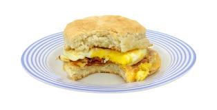 Sanduíche mordido do pequeno almoço na placa azul Fotografia de Stock
