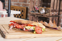 Sanduíche na tabela com decotarion do outono Fotografia de Stock