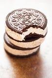 Sanduíche Oreo do gelado - os biscoitos flavoured chocolate do sanduíche encheram-se com o gelado do sabor da baunilha com biscoi imagem de stock