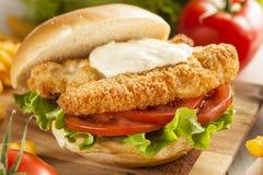 Sanduíche panado dos peixes com molho de tártaro Imagem de Stock