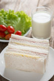 Sanduíche, presunto com queijo e leite na tabela de madeira Imagem de Stock