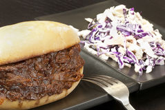 Sanduíche puxado da carne de porco com salada de repolho Foto de Stock