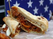 Sanduíche puxado da carne de porco sobre a bandeira americana foto de stock royalty free