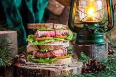 Sanduíche saboroso caseiro com carne para o petisco da tarde Imagens de Stock Royalty Free